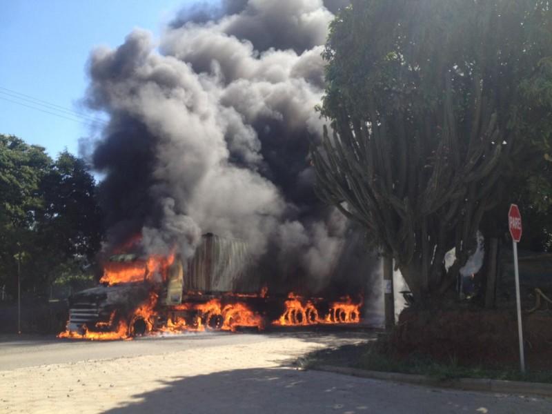 Carreta pega fogo em Criciúma
