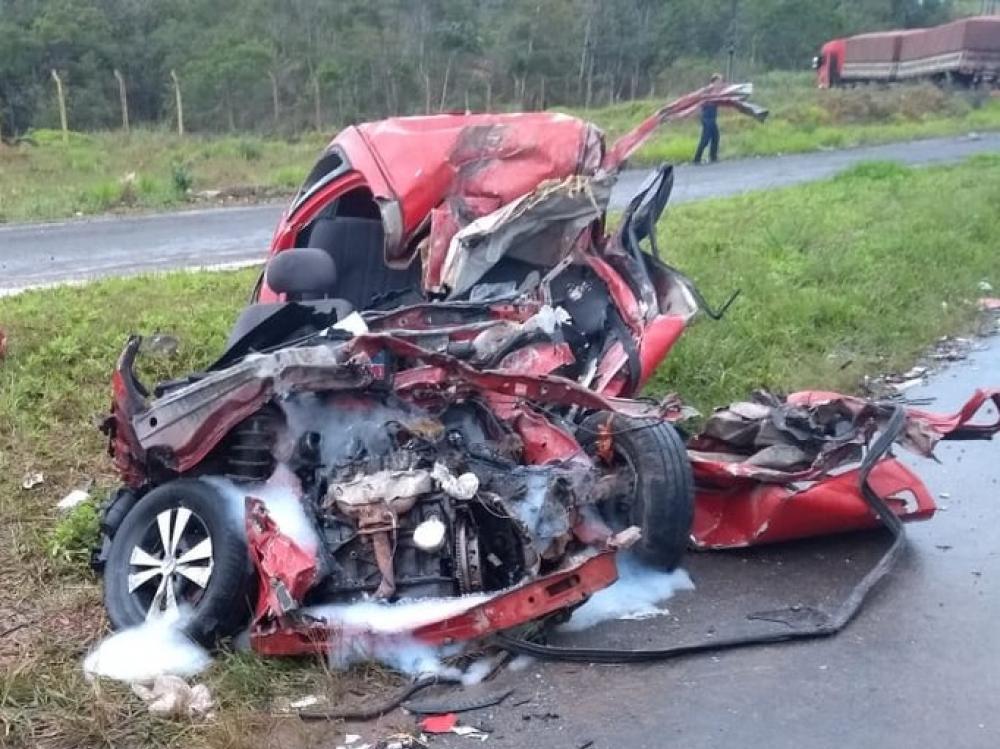 Duas pessoas morrem em acidente entre carro e caminhão em Guaramirim