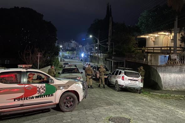 Em andamento: bandidos invadem residência e furtam armas na região central de Criciúma