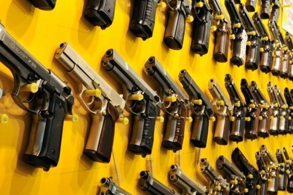 Decreto de Bolsonaro facilita porte de arma para caminhoneiros, agentes públicos e políticos