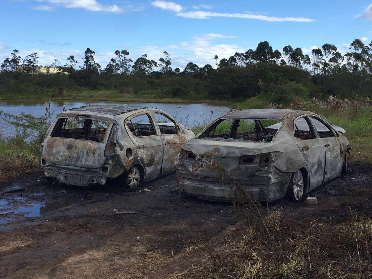 Criminosos assaltam restaurante e incendeiam veículos em Içara