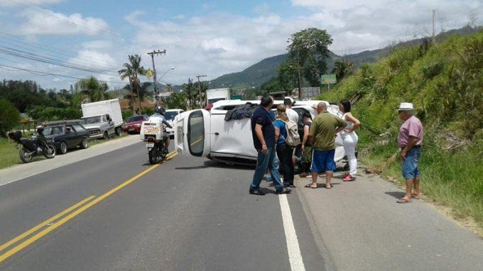 Motorista sofre mal súbito e capota na SC-370, em Braço do Norte