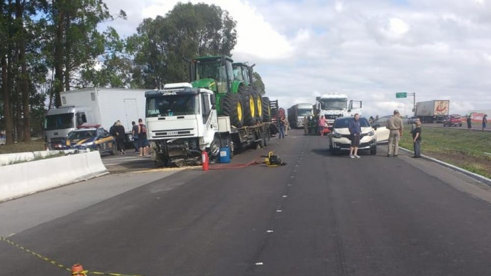 Uma pessoa morre em acidente entre cinco carros, caminhão, van e moto em Curitiba