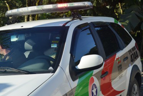 Assaltantes armados rendem vítimas e roubam veículo em Criciúma