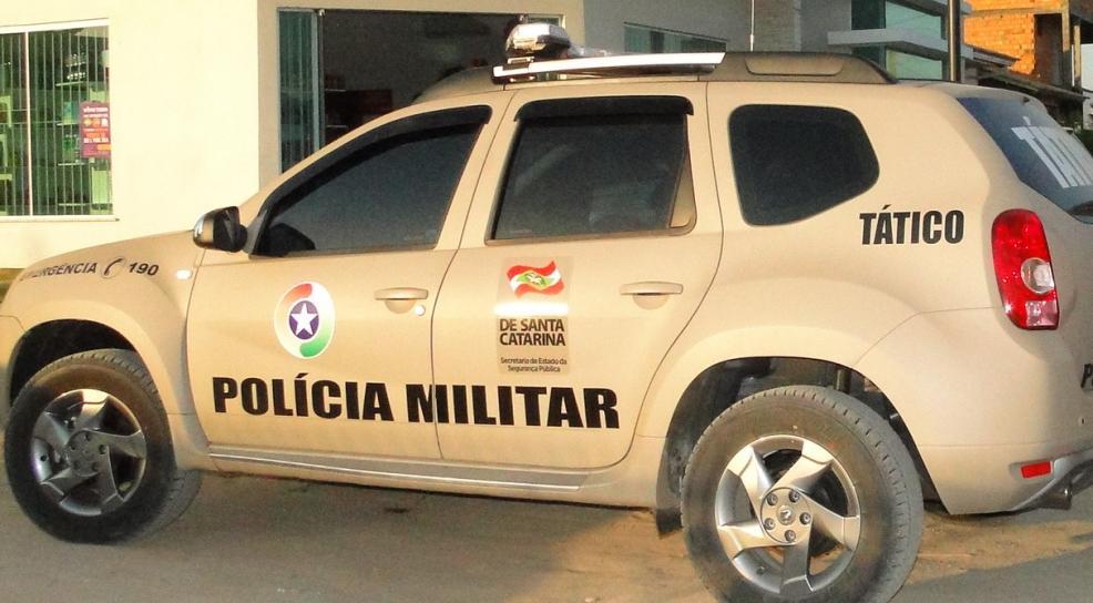 Assaltantes armados invadem residência, trancam vítimas no banheiro e roubam veículo
