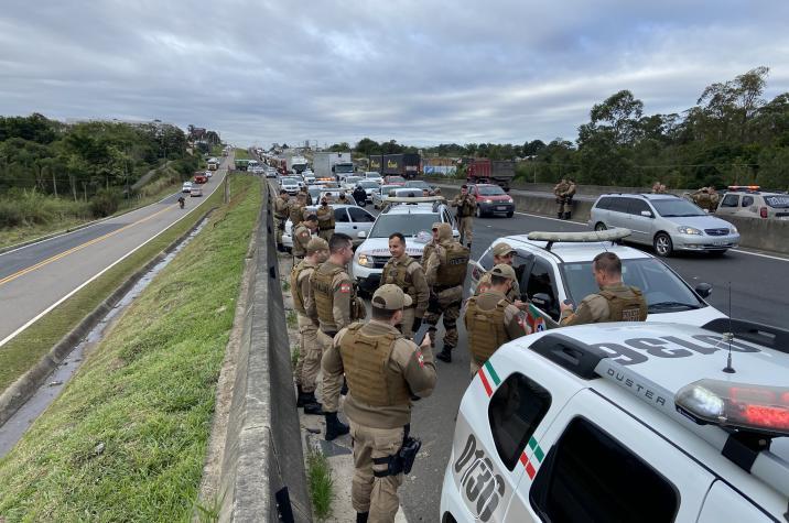 Em andamento: Polícia Militar prende traficante e apreende drogas na BR-101