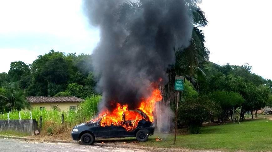 Mulher coloca fogo no veículo do marido