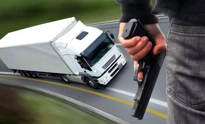 Bandidos rendem motorista e roubam caminhão em Criciúma