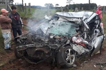 Acidente entre carro e caminhão deixa quatro mortos em Caçador
