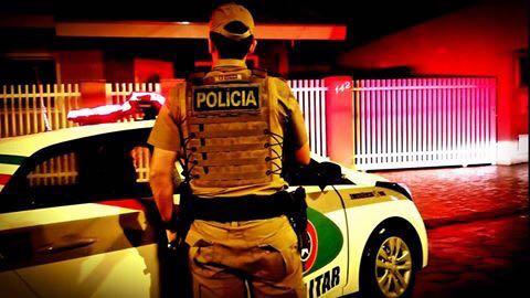 Bandidos rendem vítimas e tomam caminhonetes de assalto