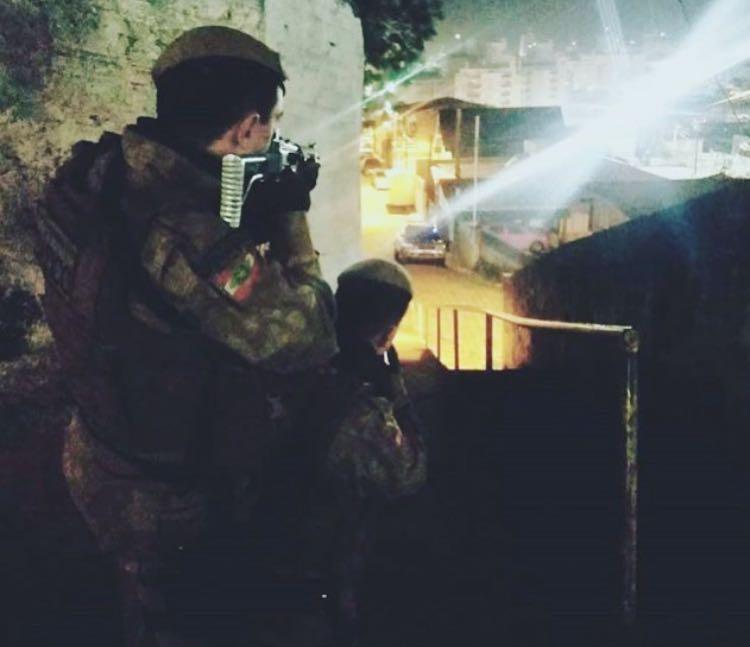 Bandidos armados invadem residência, rendem família e roubam armas e caminhoneta em Içara