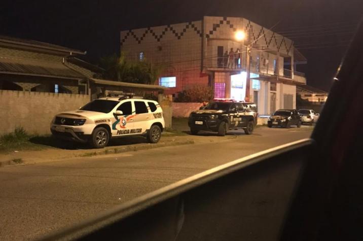 Armados e encapuzados, criminosos invadem aniversário e matam jovem a tiros em Criciúma