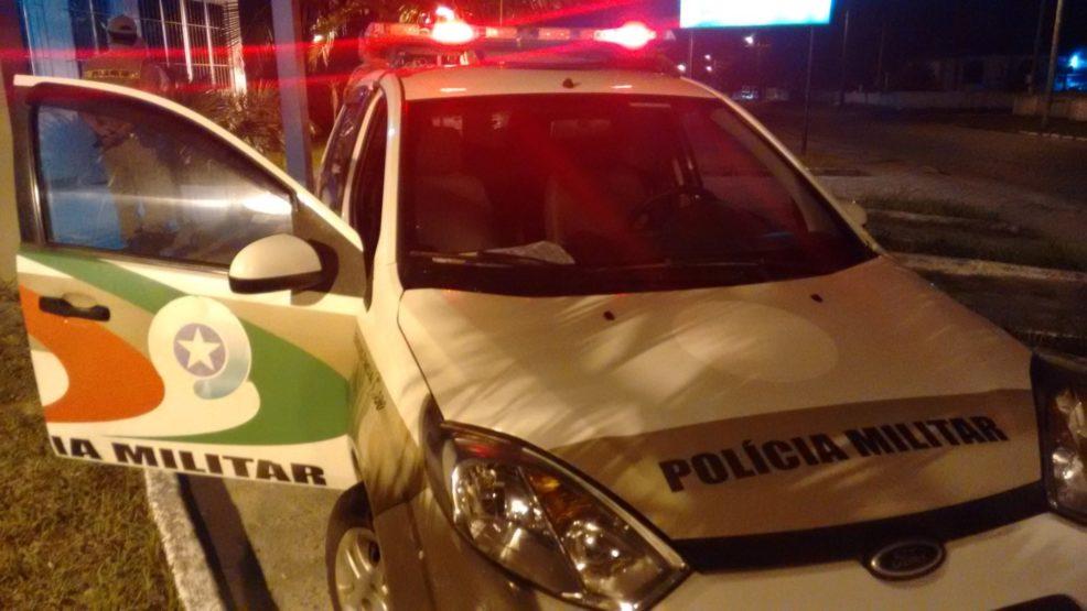 Família tem dinheiro e carro roubado durante assalto