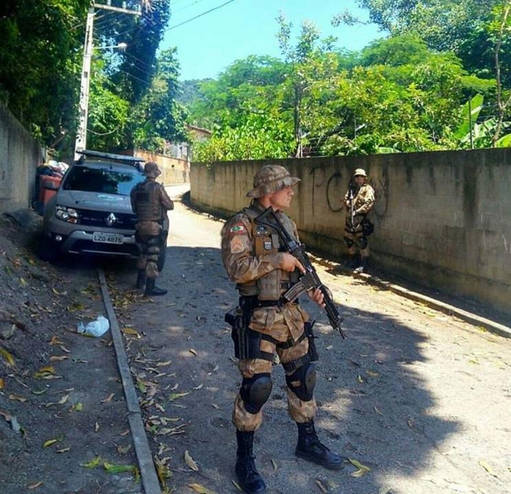 Bandidos invadem residência, roubam veículo e sequestram vítima em Criciúma
