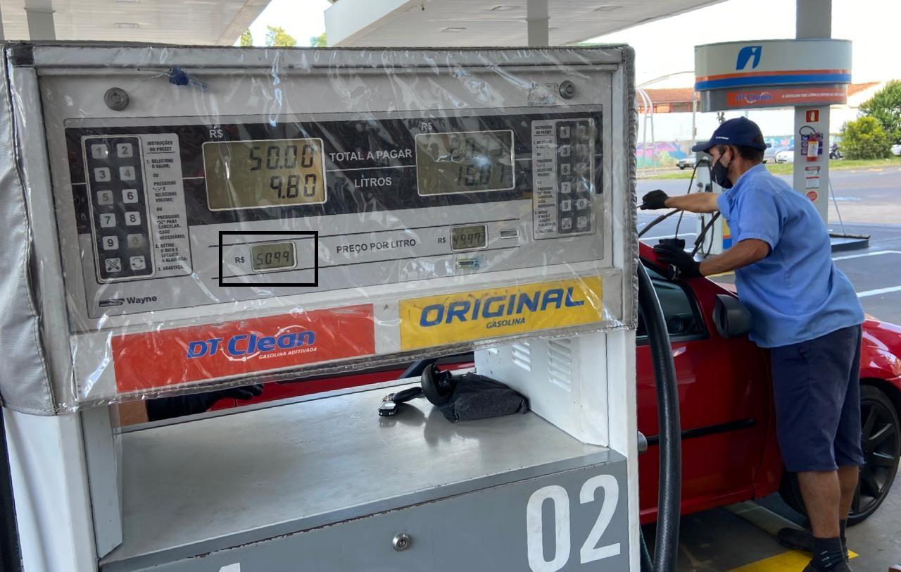Preço da gasolina passa de R$ 5 nos postos em Criciúma