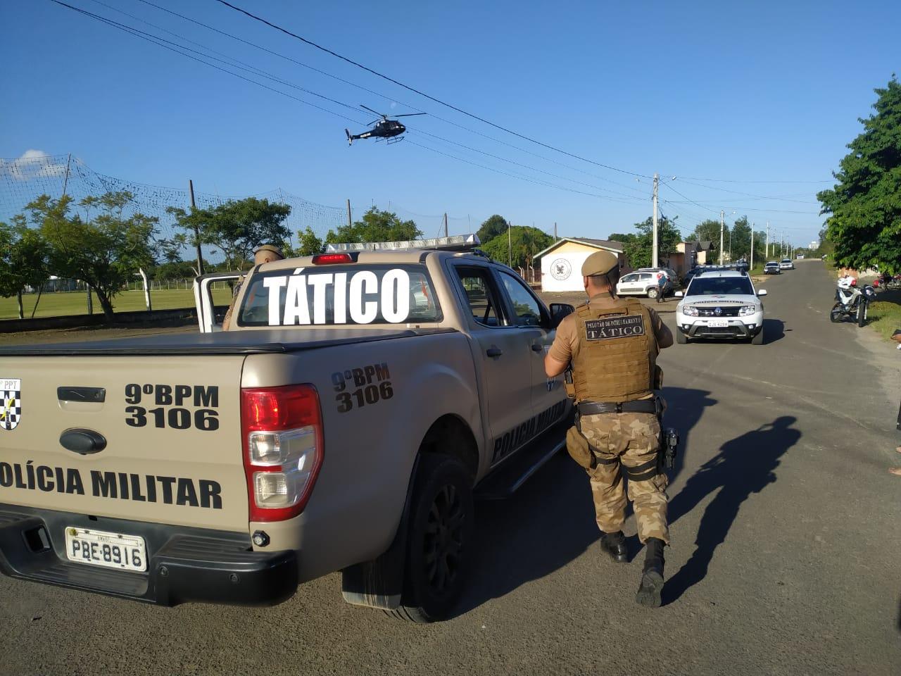 Após perseguição, PM prende bandidos e recupera veículo roubado