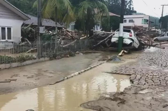 Tempestade em Santa Catarina deixa mortos e feridos