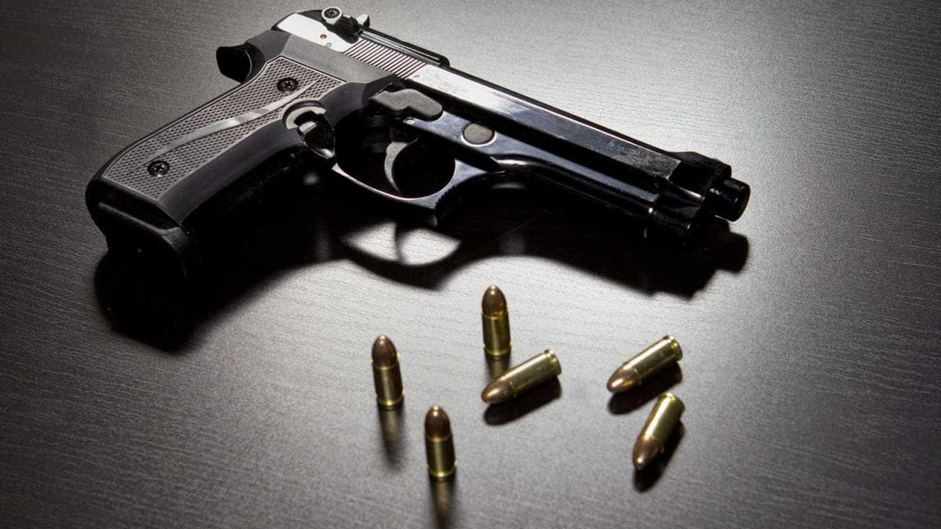 Assaltantes armados roubam BMW