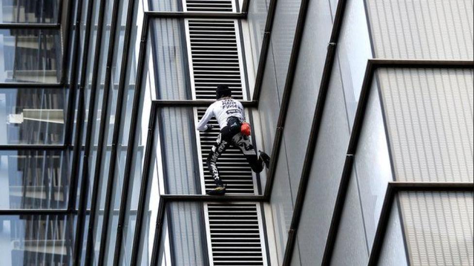 """""""Homem Aranha"""" francês escala prédio de 230 metros sem usar cordas"""