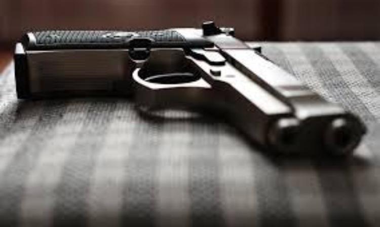 Assaltantes armados invadem residência, rendem vítimas e roubam veículo