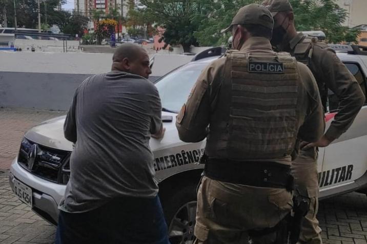 Polícia Militar prende assaltante que vinha roubando mulheres no Centro de Criciúma