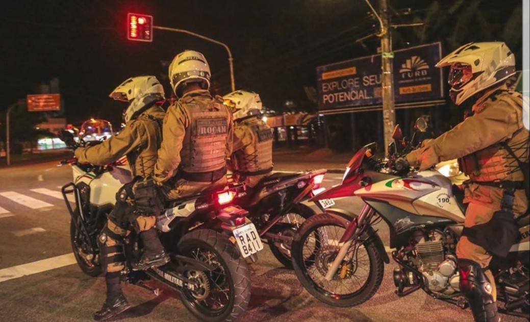 Bandidos armados roubam veículo em estacionamento de supermercado de Criciúma.