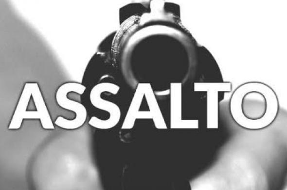Criminosos armados invadem conveniência de posto e cometem assalto