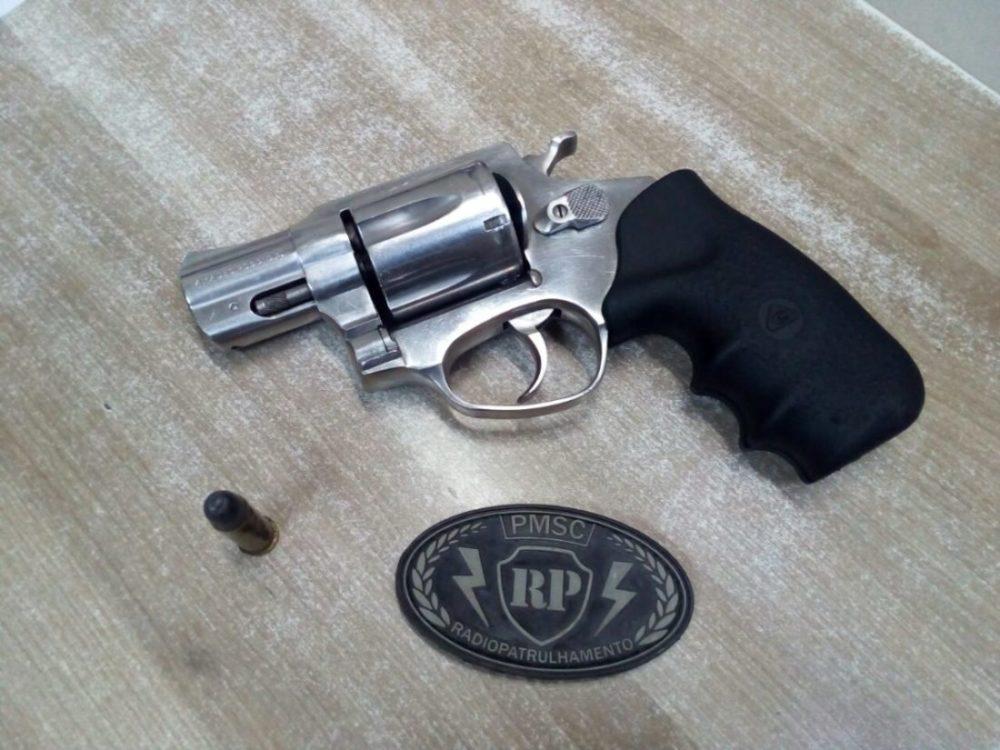 Polícia Militar encontra arma de fogo