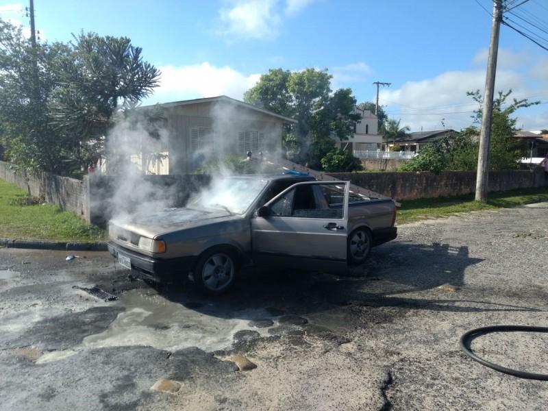 Após carro pegar fogo, homem fica ferido