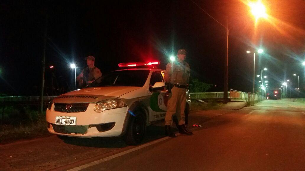 Assaltantes agridem vítimas com socos e coronhadas e roubam Corolla em Criciúma