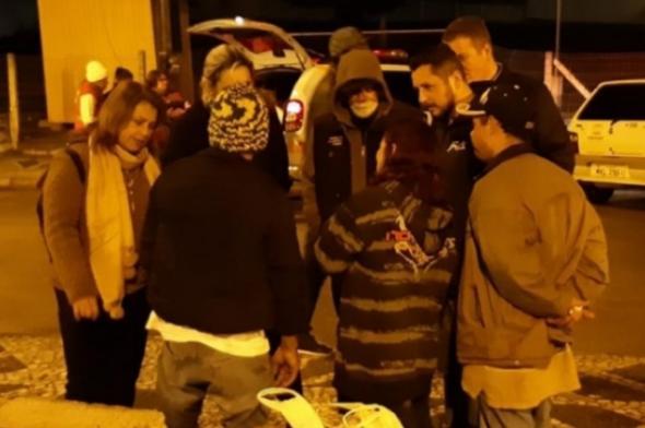 Ação conjunta entrega cobertores e agasalhos para moradores de rua em Criciúma