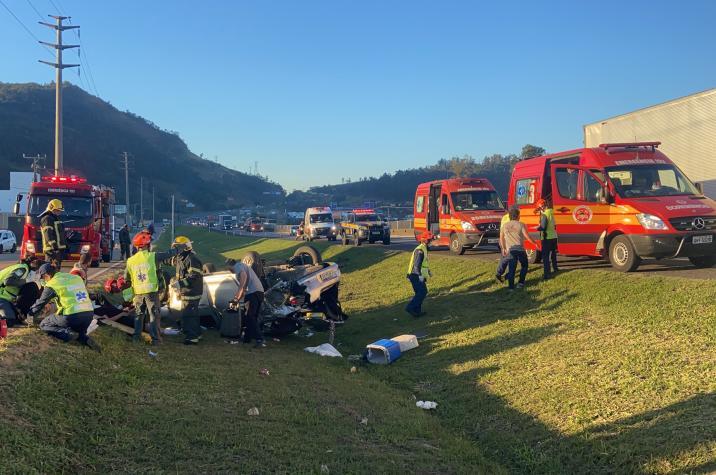 Capotamento deixa cinco pessoas feridas na BR-101, em Tubarão