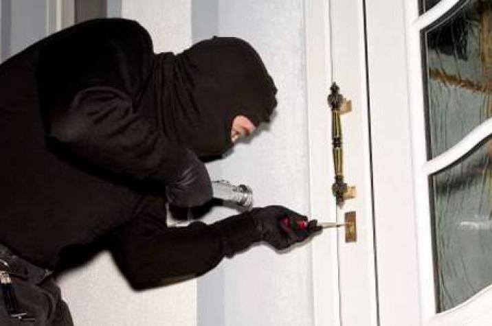 Bandidos invadem residência, amarram vítimas e roubam carro no Rincão