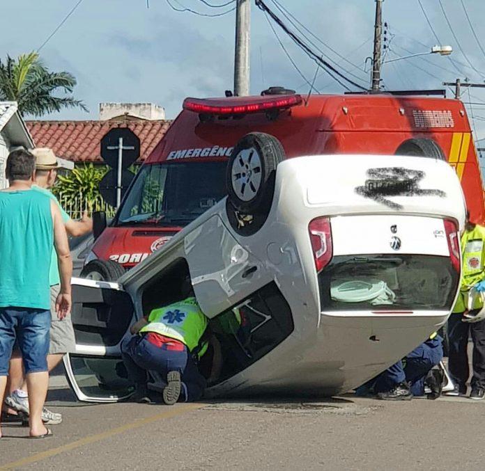 Carro capota em Criciúma