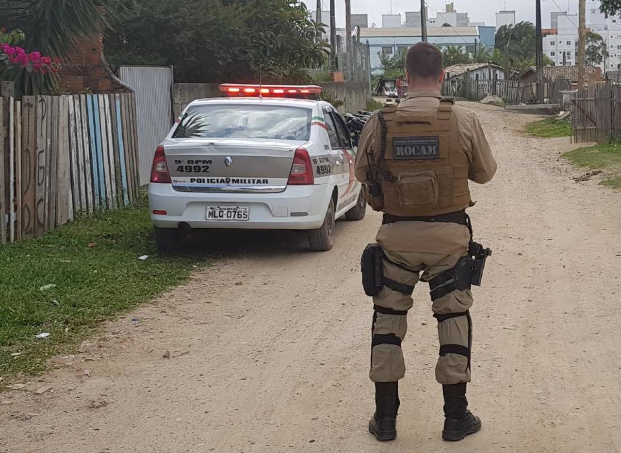 Após troca de tiros, bandido é alvejado e Polícia Militar apreende arma de fogo