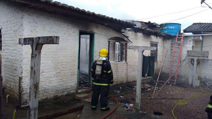 Residência pega fogo em Criciúma