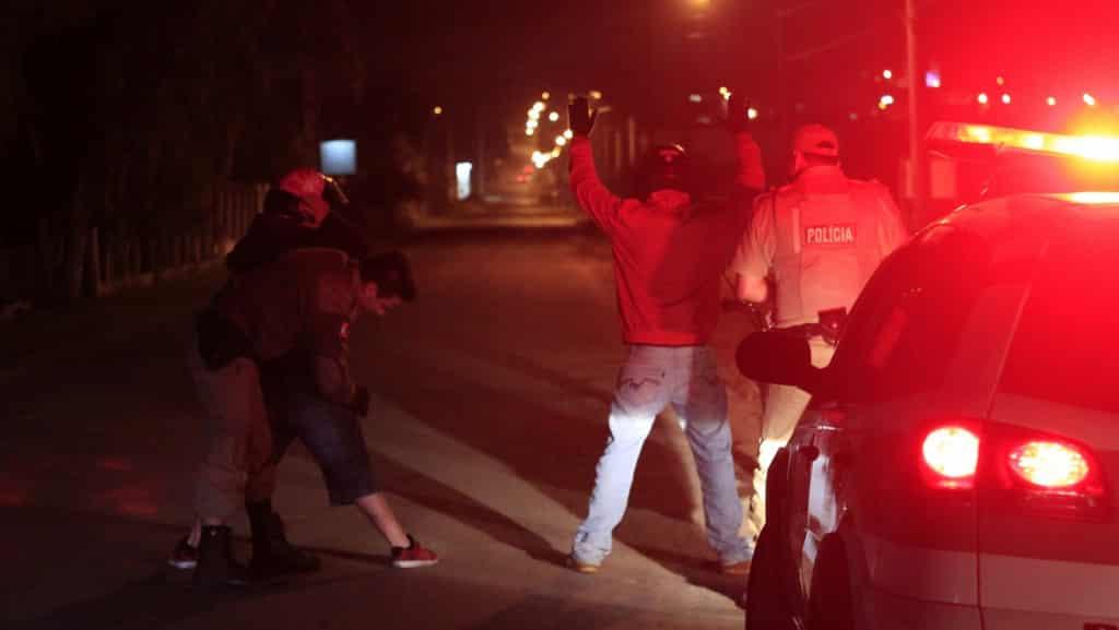Assaltantes armados rendem vigilante e roubam dois veículos em Criciúma