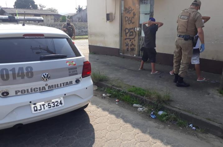 Policiais comunitários apreendem droga e prendem traficantes no bairro Progresso