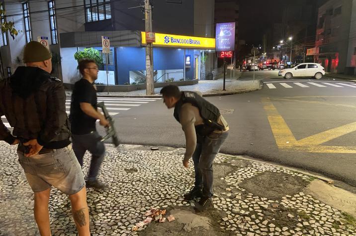 Bandidos fortemente armados sitiam Criciúma e roubam banco