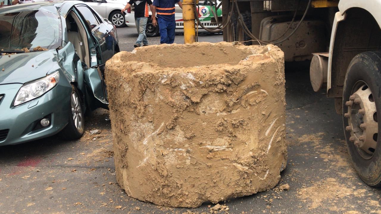 Tubo de concreto se desprende de caminhão e deixa idoso ferido