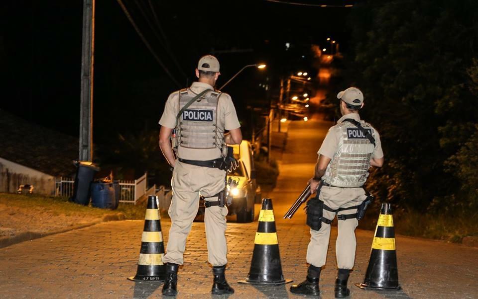 Assaltantes armados invadem residência, amarraram família e roubam duas caminhonetas