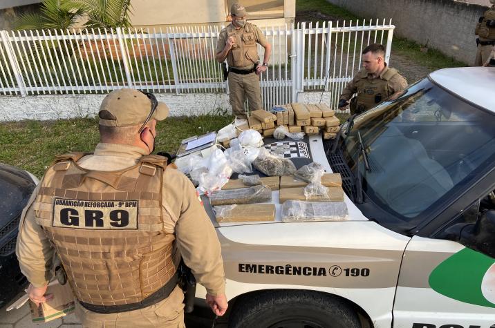 Em andamento: GR9 prende bandidos e apreende mais de 20kg de maconha em Criciuma