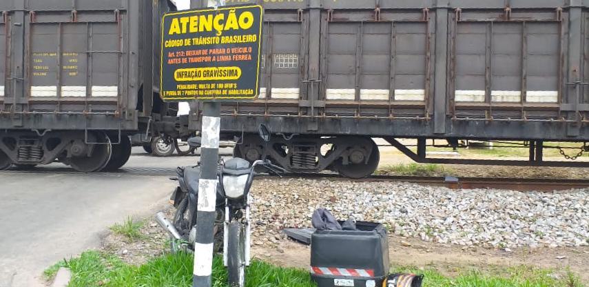 Motociclista morre após colisão com trem em Criciúma