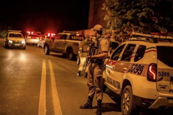 Assaltantes armados invadem prefeitura de Içara, rendem vigilantes e roubam veículos