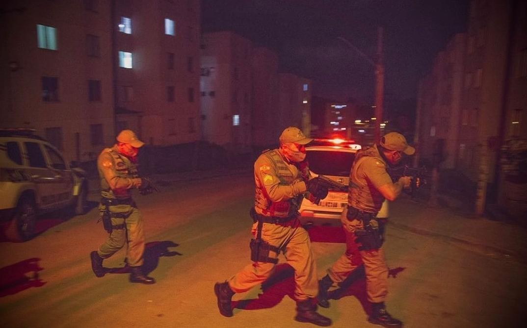Polícia Militar prende casal de traficantes na Quarta Linha