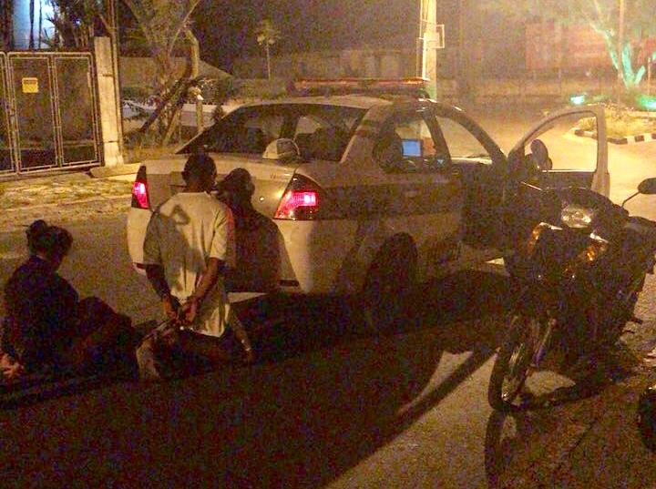 PM prende criminosos e recupera motocicleta roubada