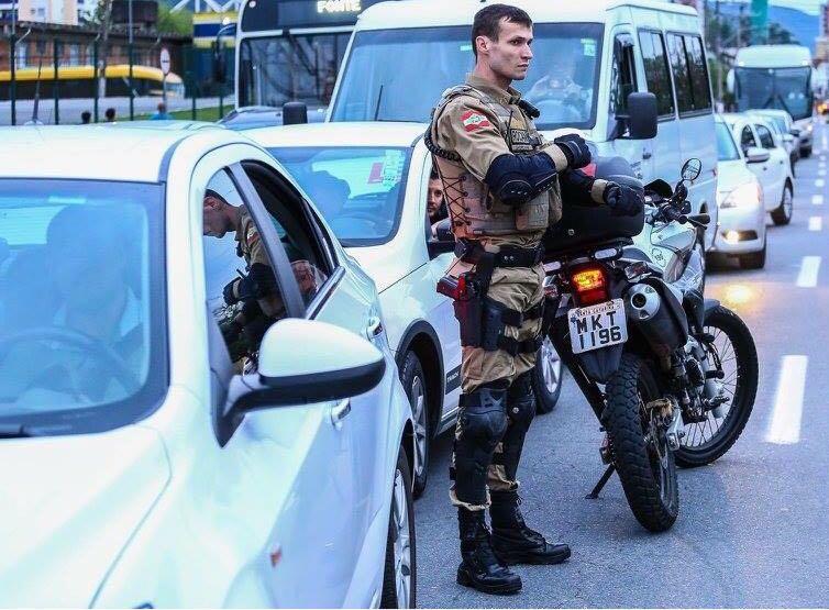 Bandidos tomam três veículos de assalto em um intervalo de poucas horas em Criciúma e Jaguaruna